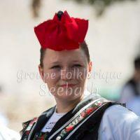[Les filles, avec une petite coiffe rouge, spécifique au village de Seebach.]